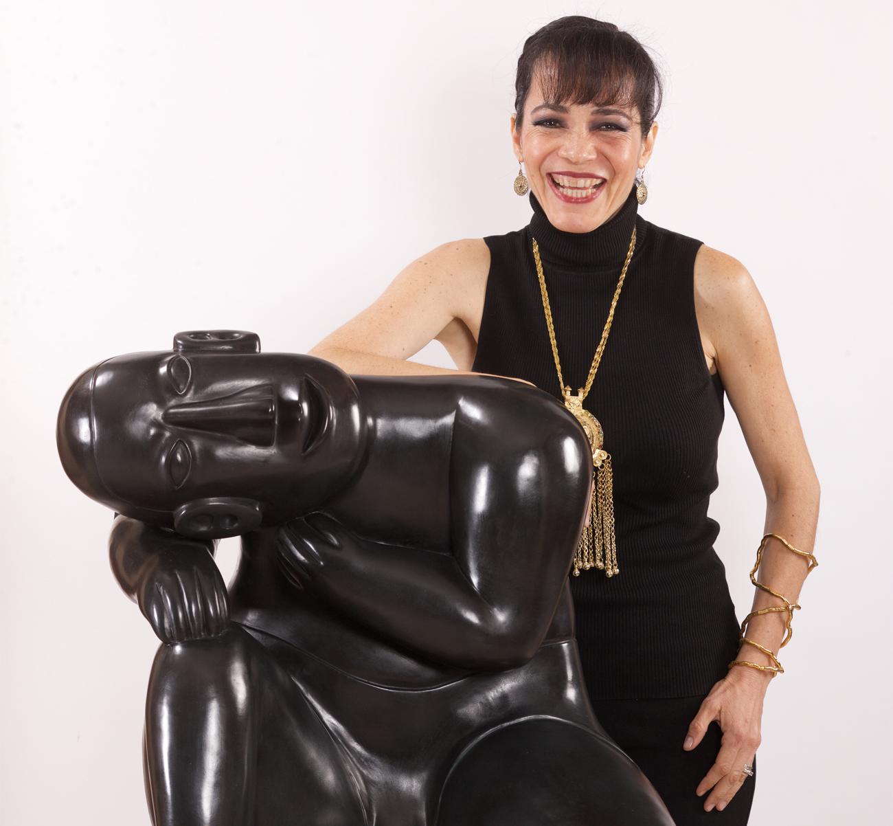 Claudia-Hecht-statue-crop